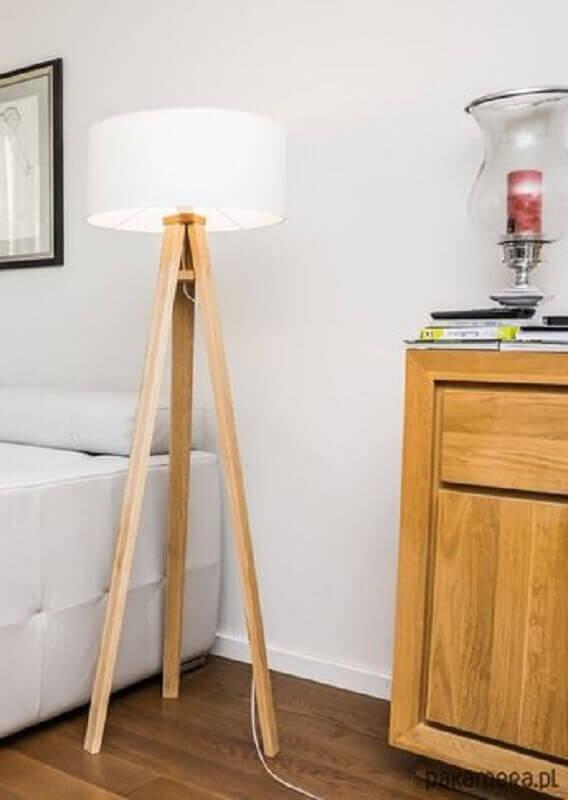 quarto branco decorado com abajur de chão madeira Foto Pinterest