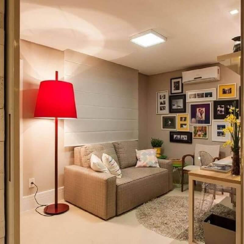 sala bege decorada com abajur de chão vermelho Foto Pinterest