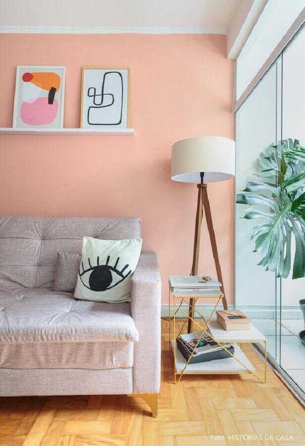 sala com parede rosa decorada com abajur de chão Foto Histórias de Casa