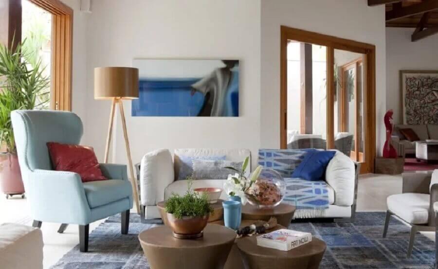 sala de estar decorada com abajur de chão madeira Foto Deborah Roig