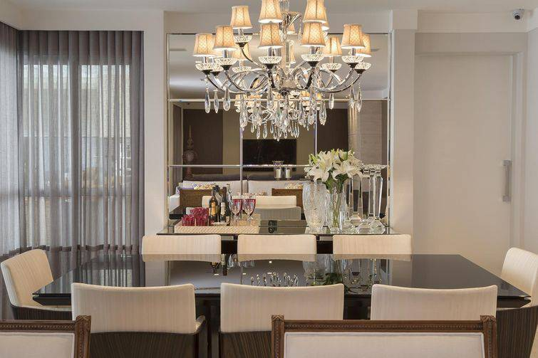Sala de jantar com espelho para aumentar seu espaço