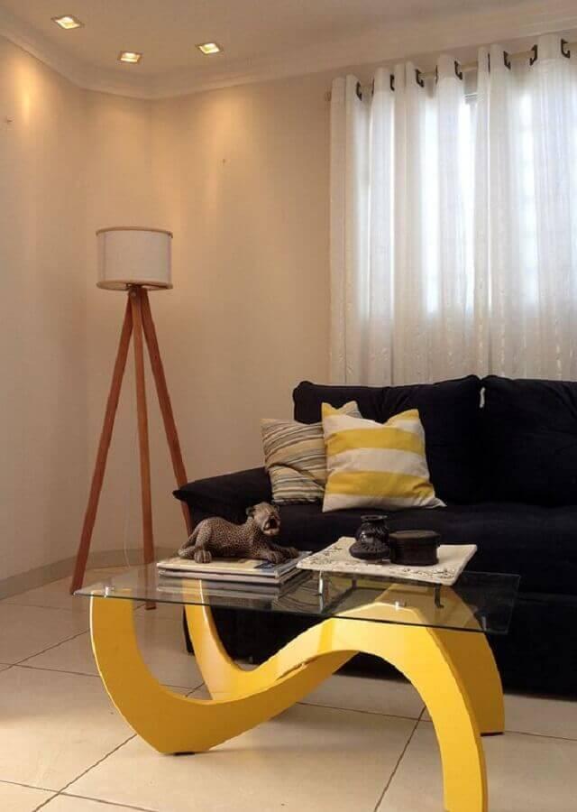 sala decorada com sofá preto e abajur de chão de madeira Foto Do.Edu