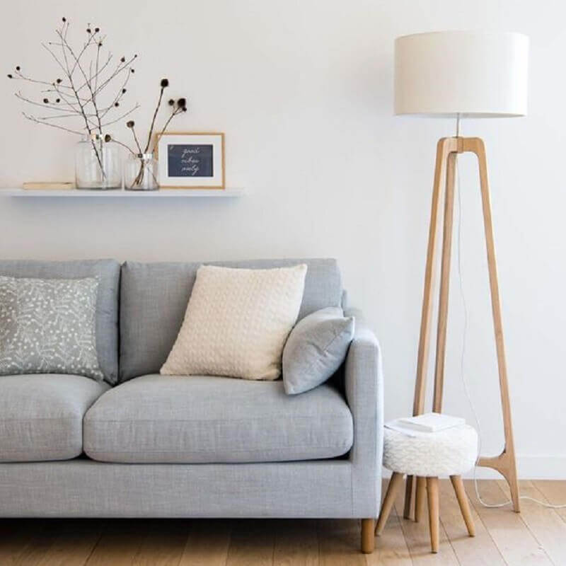sala minimalista decorada com abajur de chão madeira Foto Maisons du Monde