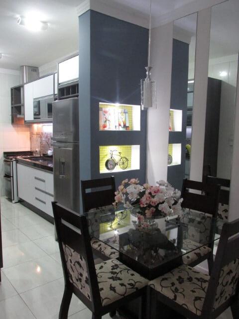 Cozinha integrada à sala de jantar com parede de gesso