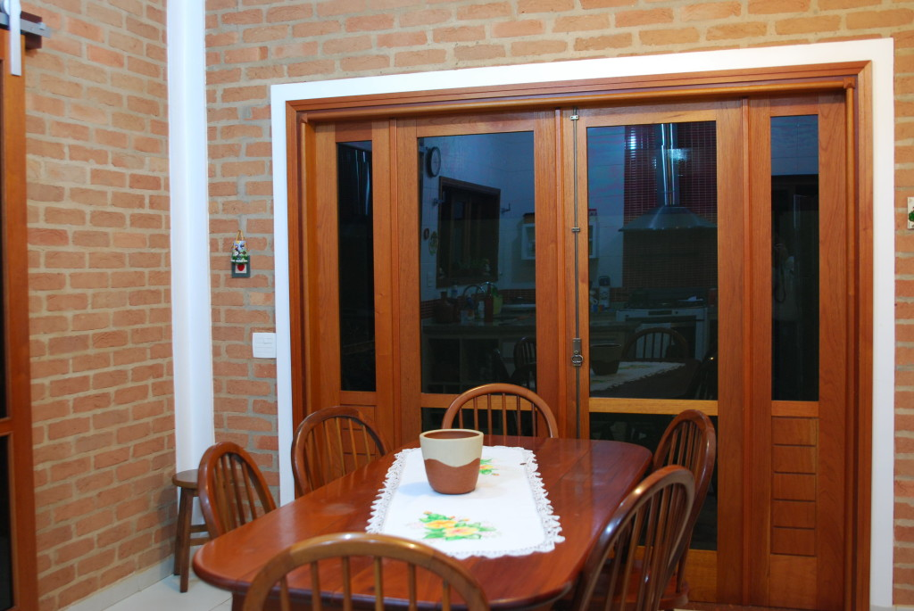 Na sala de jantar tijolo à vista