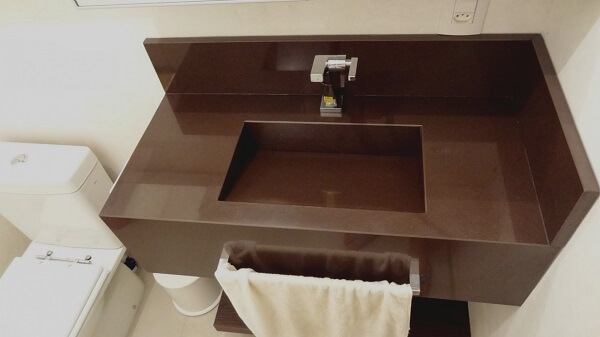 Granito Marrom Absoluto para banheiro com espaço limitado