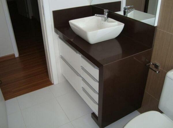 Granito marrom absoluto em banheiro