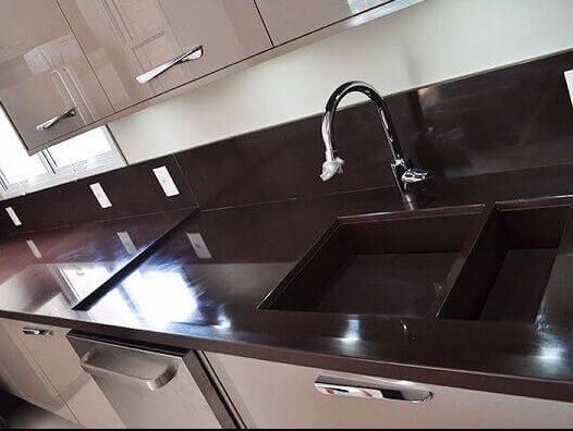 Granito marrom absoluto em cozinha simples