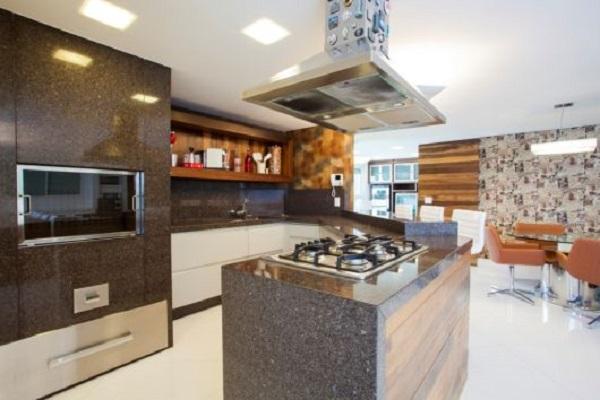 Granito marrom absoluto em projeto de cozinha planejada