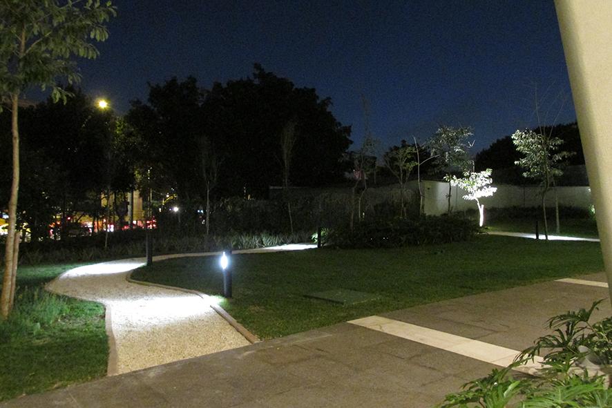 Iluminação de jardim traz melhorias ao seu espaço verde