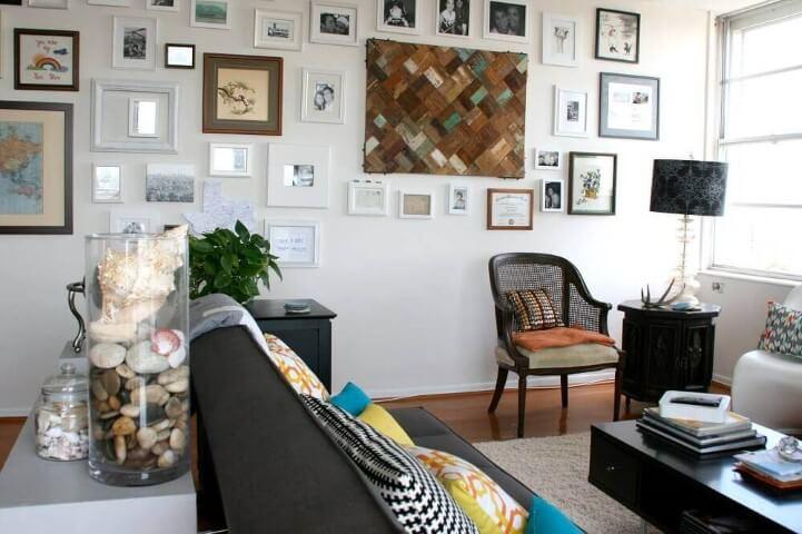 Parede de gesso com muitos quadros