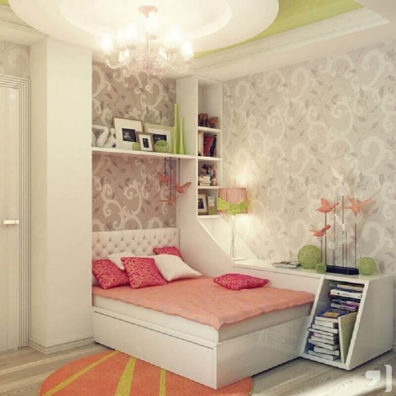 decoração quarto feminino com papel de parede e cabeceira de cama