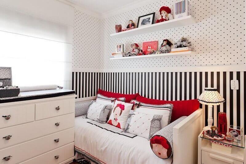 quarto feminino pequeno com papel de parede listrado