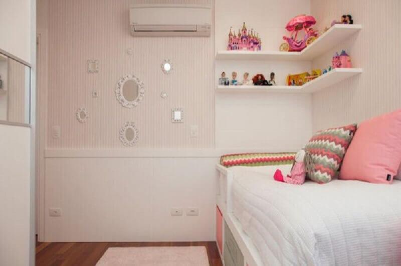 quarto feminino com espelho e papel de parede
