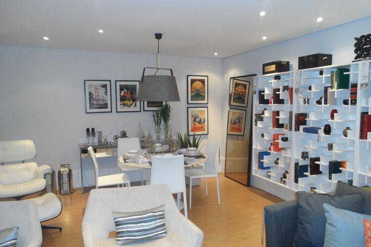 Decorar sala de estar com cores claras, luz no ambiente
