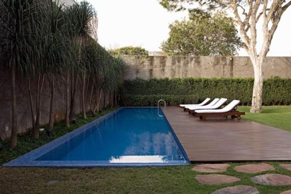 Modelo de piscina com borda infinita e paisagismo