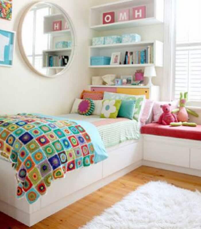 quarto feminino com cores claras e almofadas coloridas