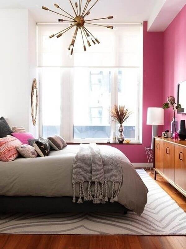 quarto feminino com parede rosa