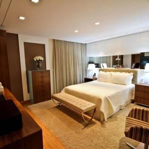 quartos de casal decorados com cortinas grandes