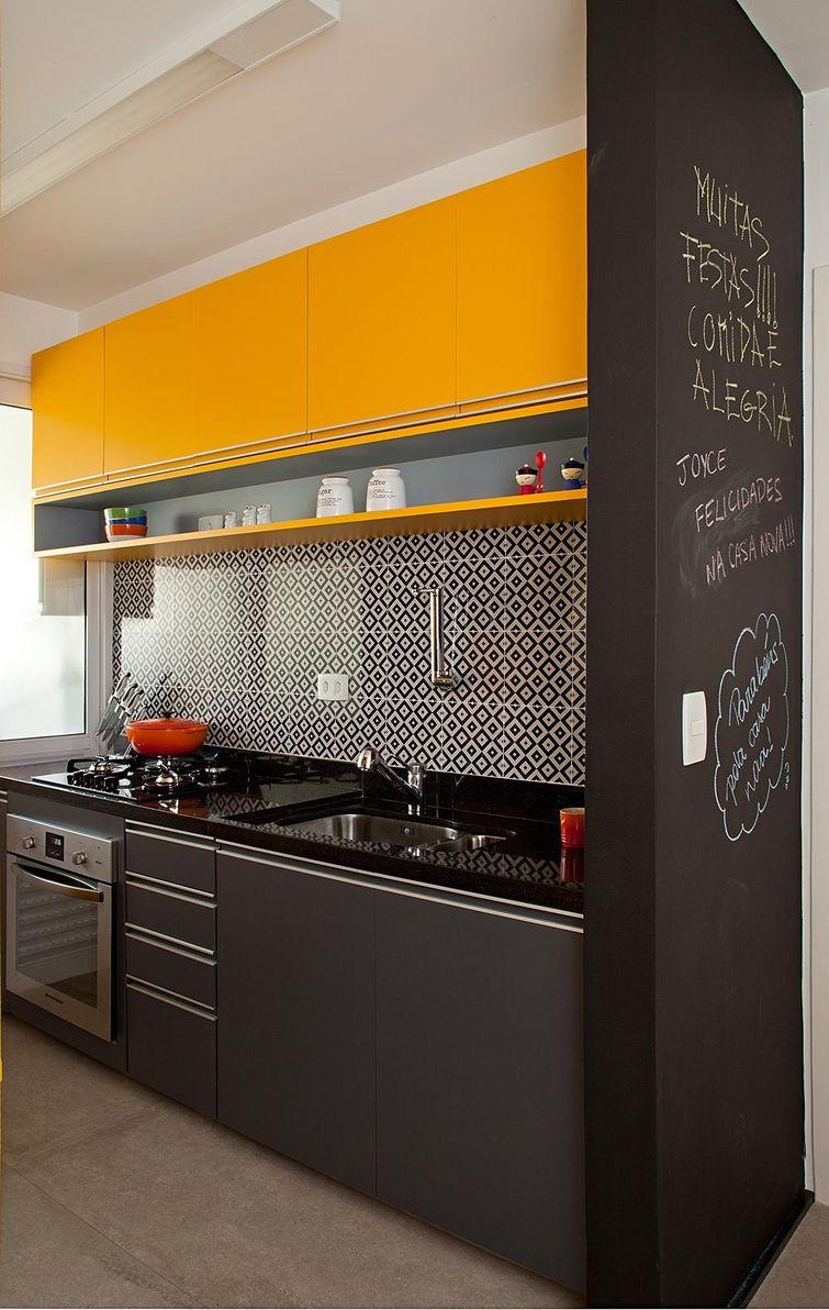 22114 Cozinhas Pequenas decorada-preta-e-amarela