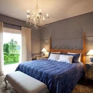 quartos de casal decorados com parede cinza
