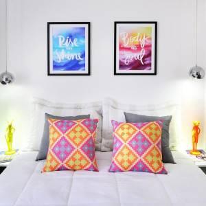 quartos de casal decorados com com almofadas coloridas