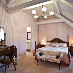 quartos de casal decorados com com teto de madeia