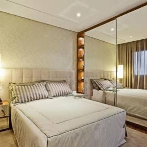 quartos de casal decorados com com armário com espelhos