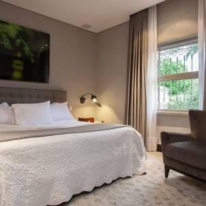 quartos de casal decorados com com poltrona cinza