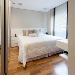 quartos de casal decorados com piso de madeira