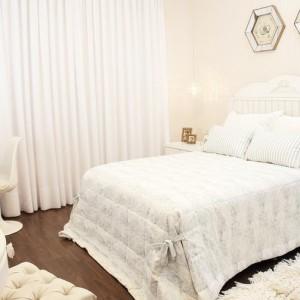 quartos de casal decorados com com cortina branca