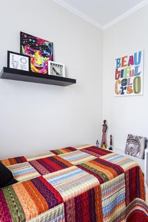 Quartos pequenos com prateleira acima da cama Projeto de Luciane Mota