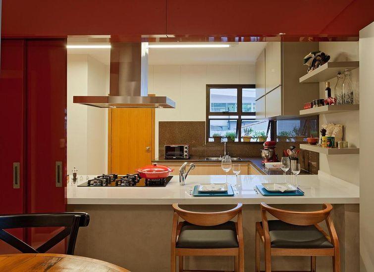 cozinha americana planejada com balcao