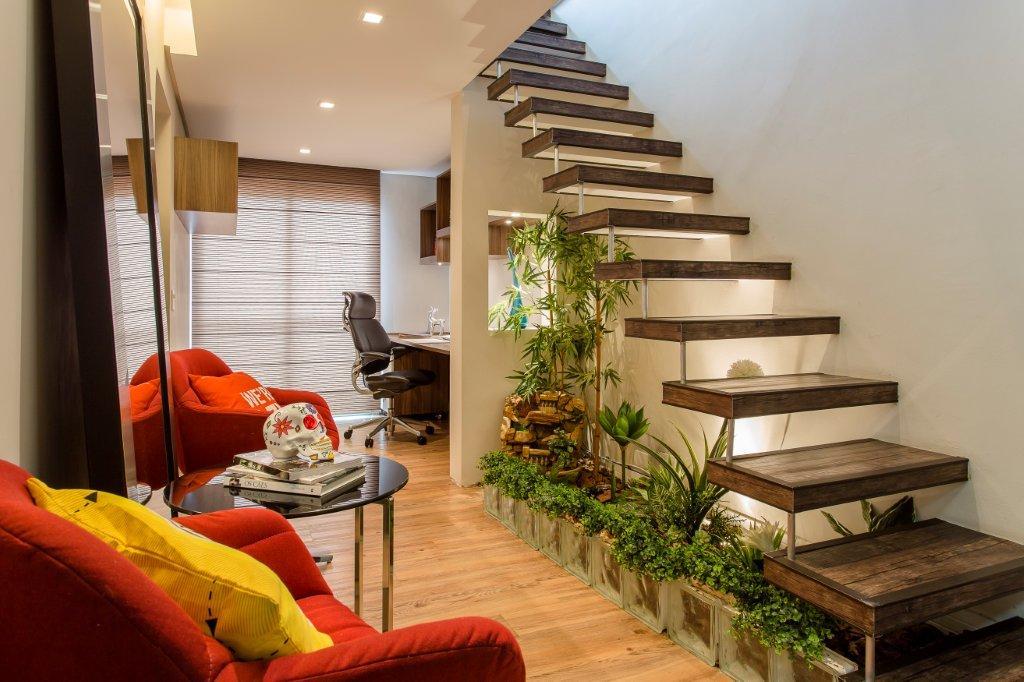 salas planejadas com escada para andar privativo