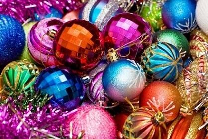 Bolas de natal coloridas parecendo globo de festa Foto de Que Andan Diciendo