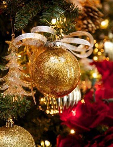 Bolas de natal douradas em árvore de natal Foto de HGTV