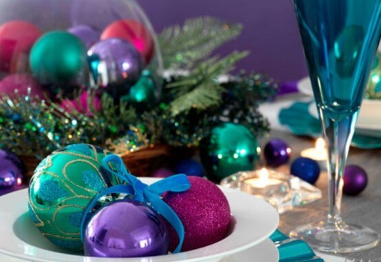 Bolas de natal em tons de verde e roxo Foto de DigsDigs