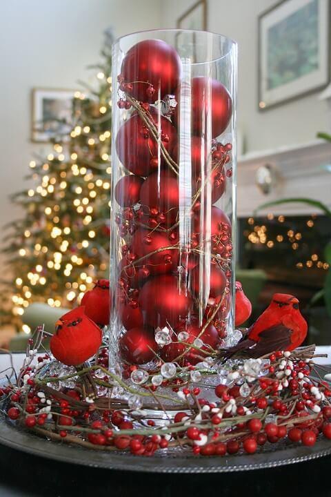 Bolas de natal vermelhas em enfeite de mesa Foto de The Happy Heathen