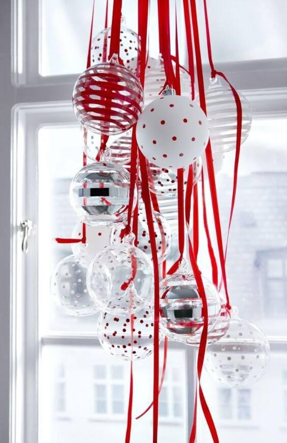 bolas de natal com fitas vermelhas