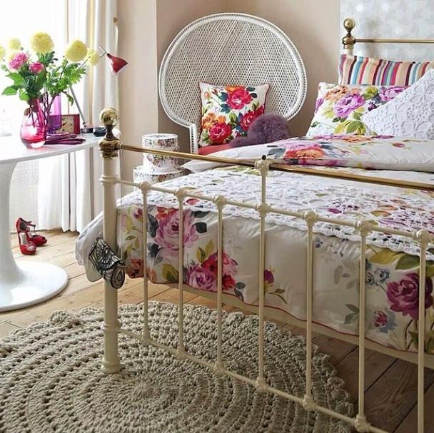 tapete de crochê no quarto de casal