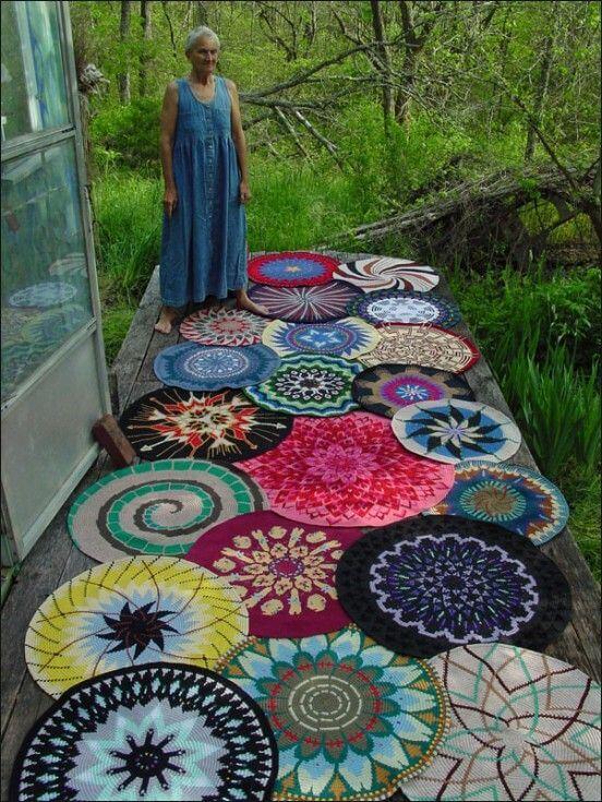 tapetes de crochê na varanda colorido