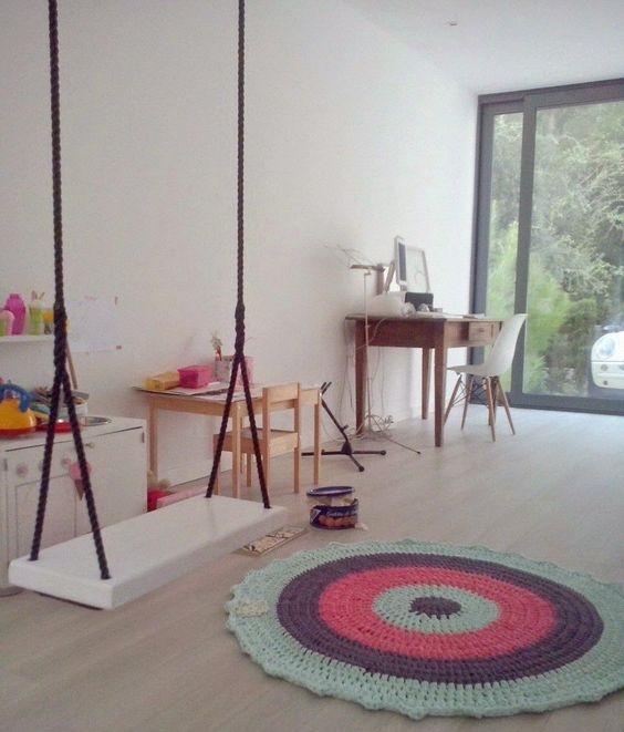 tapetes de croche barbante na sala com balanço