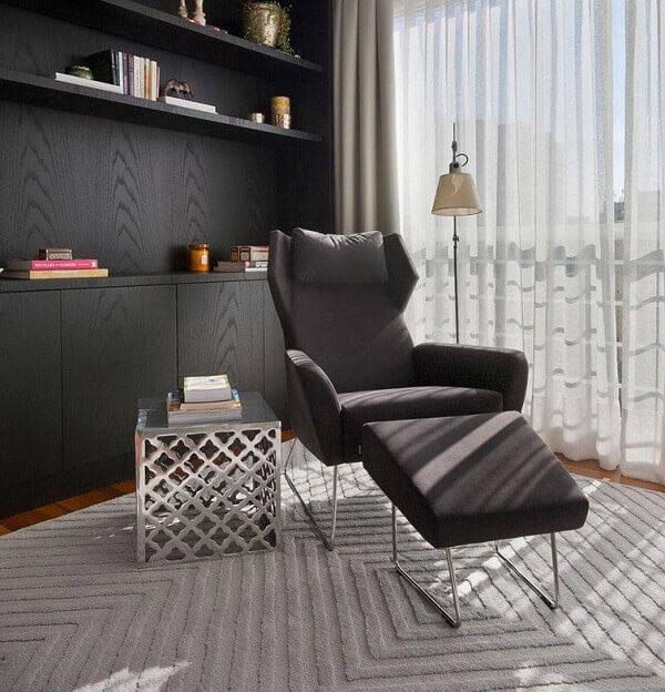 poltrona decorativa com descanso para pés