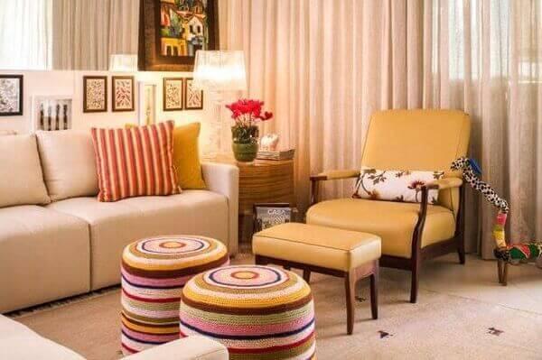 poltronas decorativas encantam o espaço da sala de estar