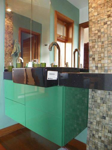 armário de banheiro verde