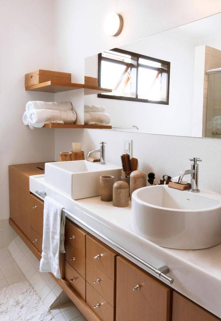 O armário de banheiro com marcenaria impecável torna os banheiros planejados lindíssimos