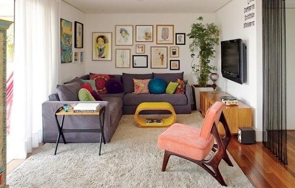 poltrona colorida e almofadas encantam a sala de estar