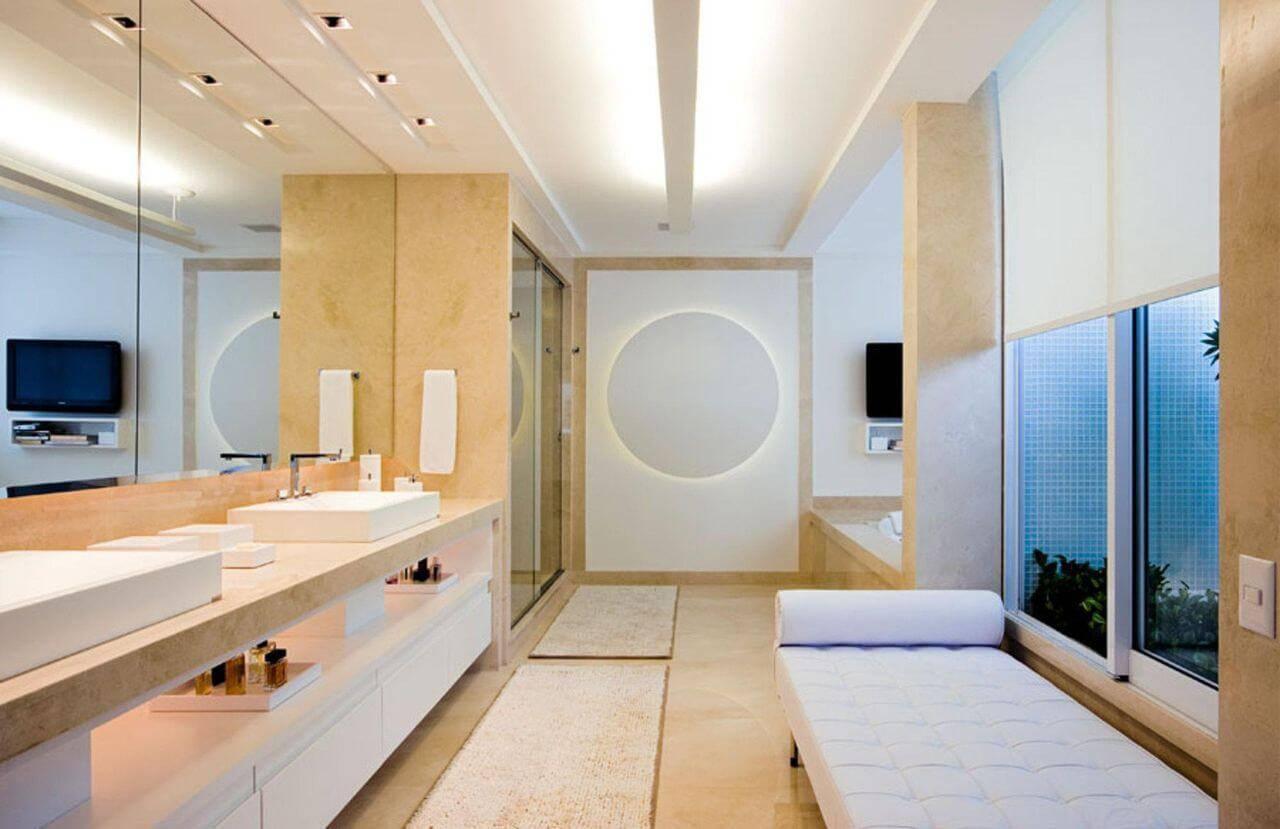 O armário pode ter prateleira para deixar alguns elementos do banheiro à mostra