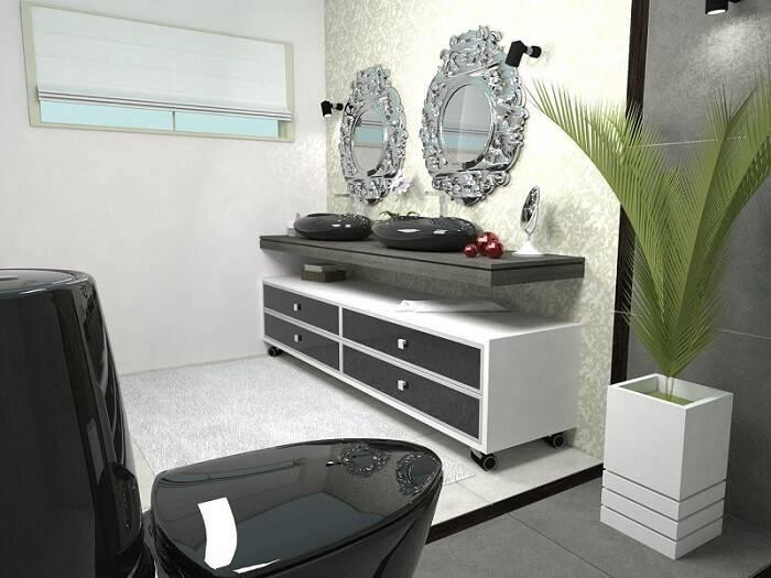 O armário de banheiro com rodízios é prático, pois pode ser movimentado no ambiente