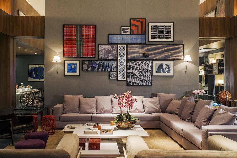 A sala de estar no meio de um cômodo fica perfeita com um sofá de canto
